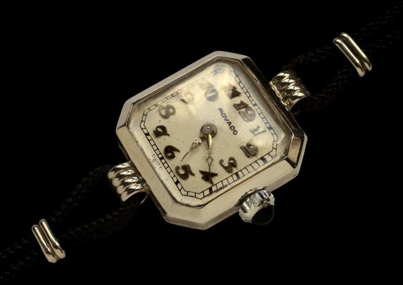 0ba5a563c9 「ウォッチ」(英 watch 携帯用時計)という語を聞くと、現代人は腕時計を思い浮かべます。しかしながらウォッチ(携帯用時計)の原型は、懐中時計です。